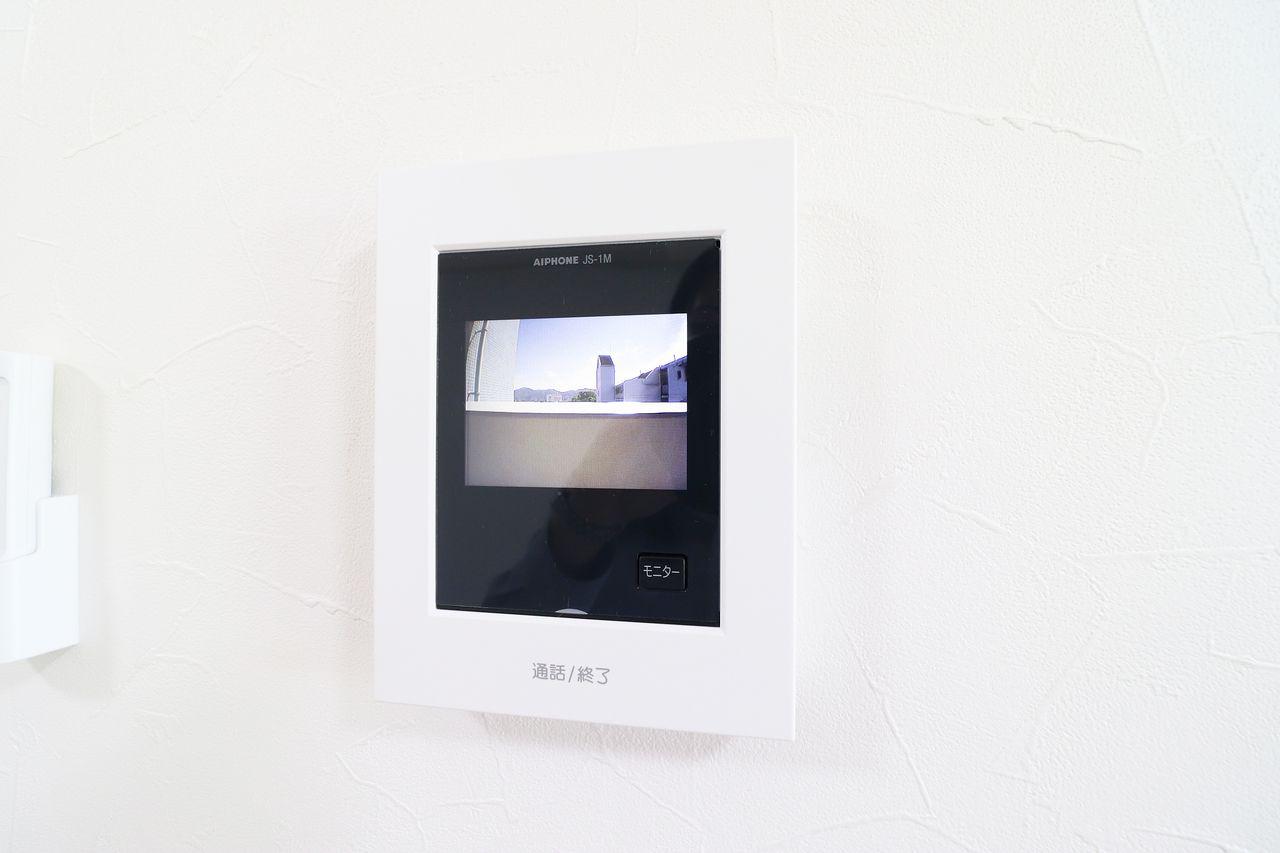 モニター越しに来訪者を確認できます。映像もカラーなので見やすいです。