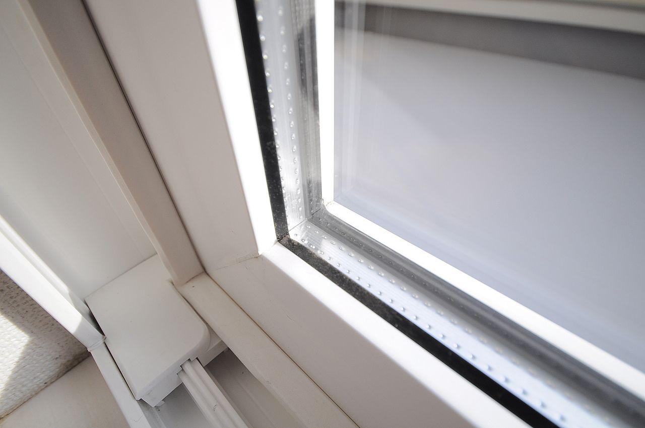 2層ガラスなので外気温度に左右されにくく、それによってエアコンなどの省エネ効果になります!