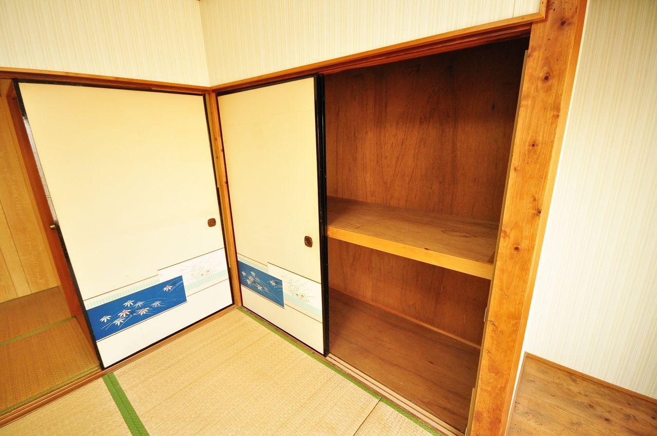 和室4.5畳には押入れがあります。お部屋のごちゃつきもこれで解決♪