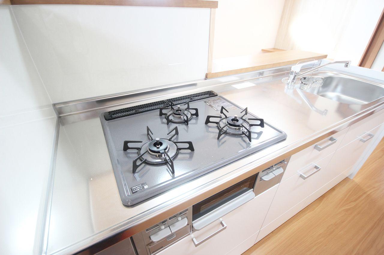 カウンターシステムキッチンでガスが3口。魚焼きグリルもあるので、キッチン周りは至れり尽くせりです。