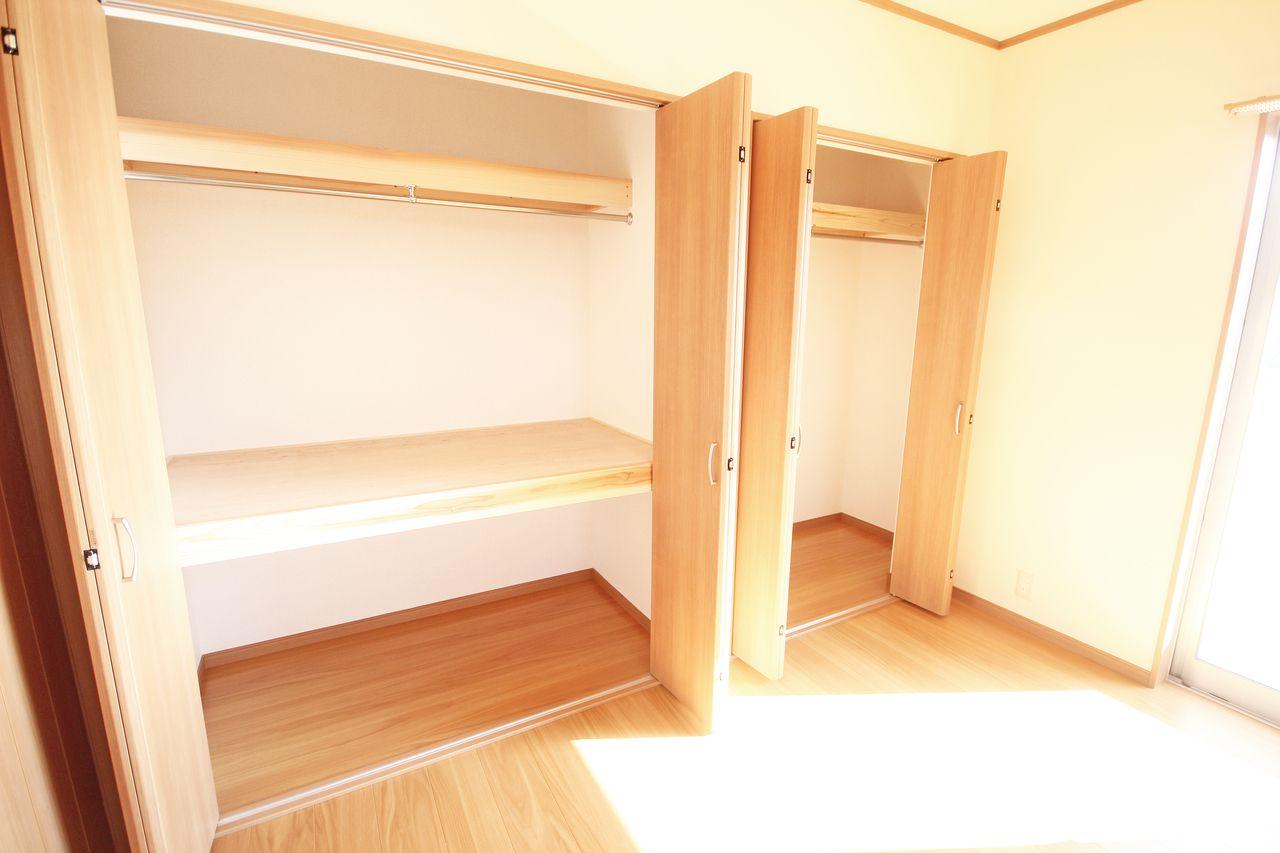 2階にある南側洋室は一面が収納になっています。向かって左側の収納にはシャツ、右側が丈の長いシャツやコートですかね。