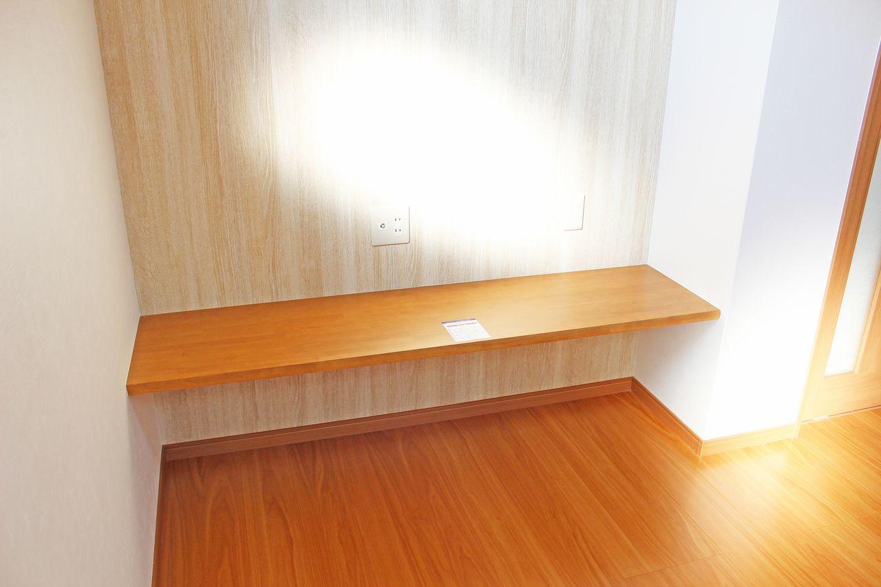 飾り棚のある壁にはテレビ端子があるので、テレビ台として使えますね。別にテレビ台を用意する必要がないので、その分お部屋を広く使えます。