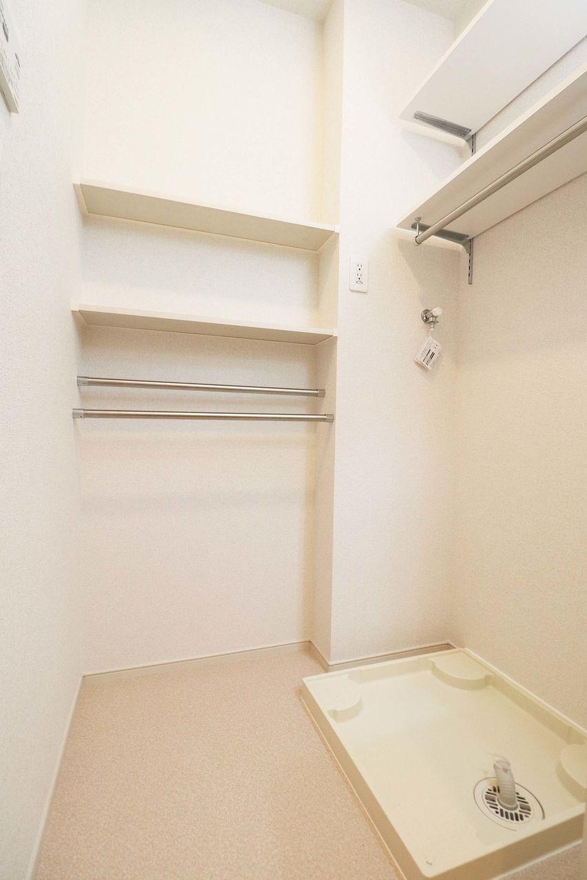 備え付けの可動棚が洗濯機置場の上についています。タオルなどの収納に役立てて下さい♪