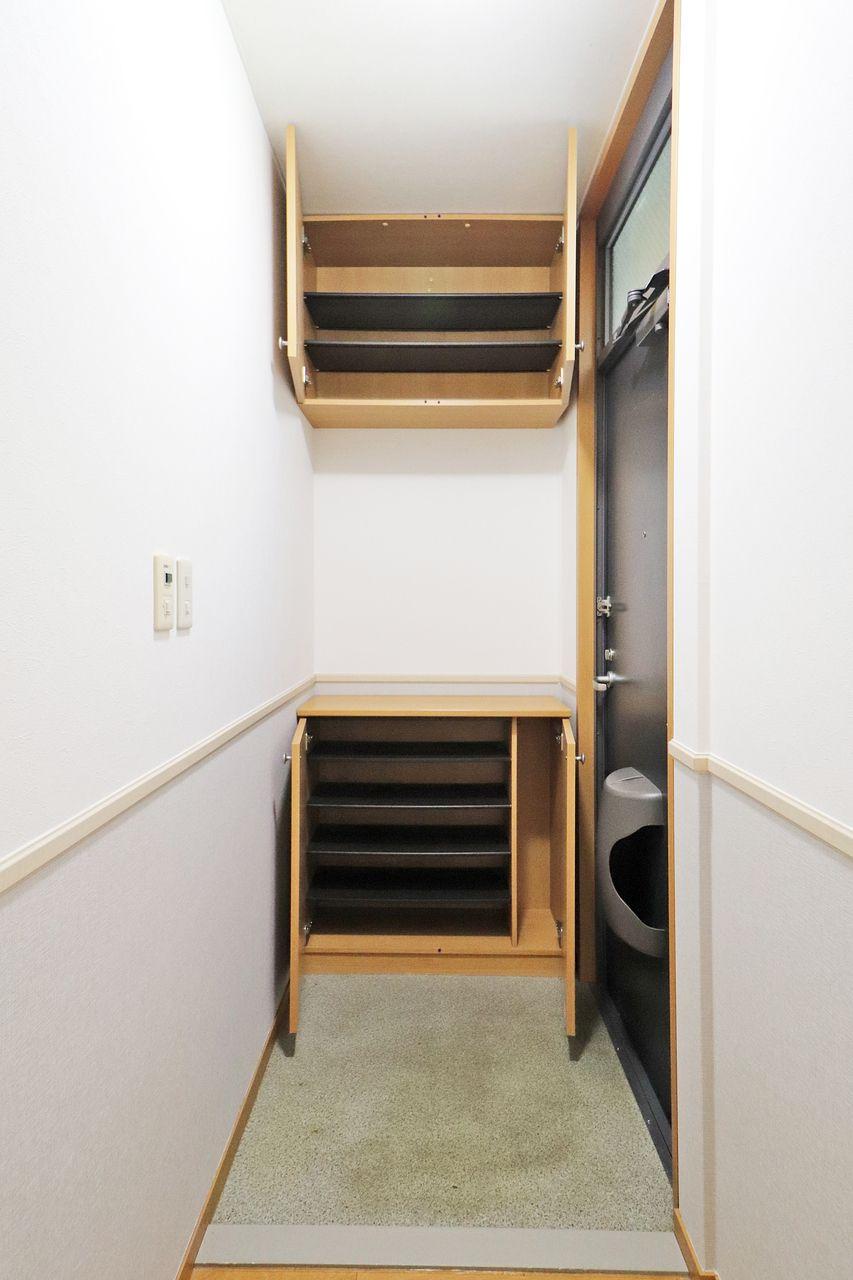観音開きの下駄箱です。上部にもしっかり収納スペースがありますよ(*´∀`*)