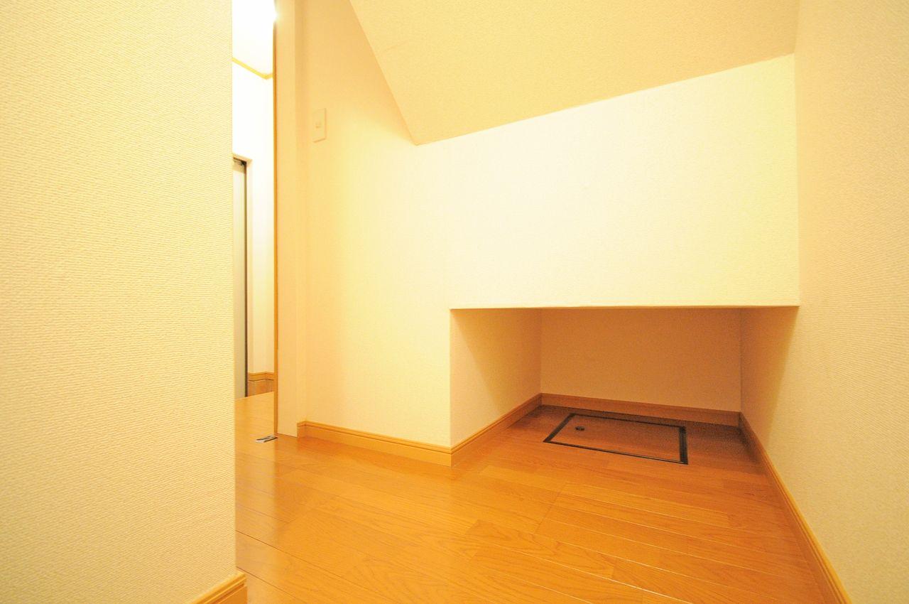 玄関を入ってすぐ目の前に階段下収納があります。アウトドアグッズなど入れておくのもアリです。