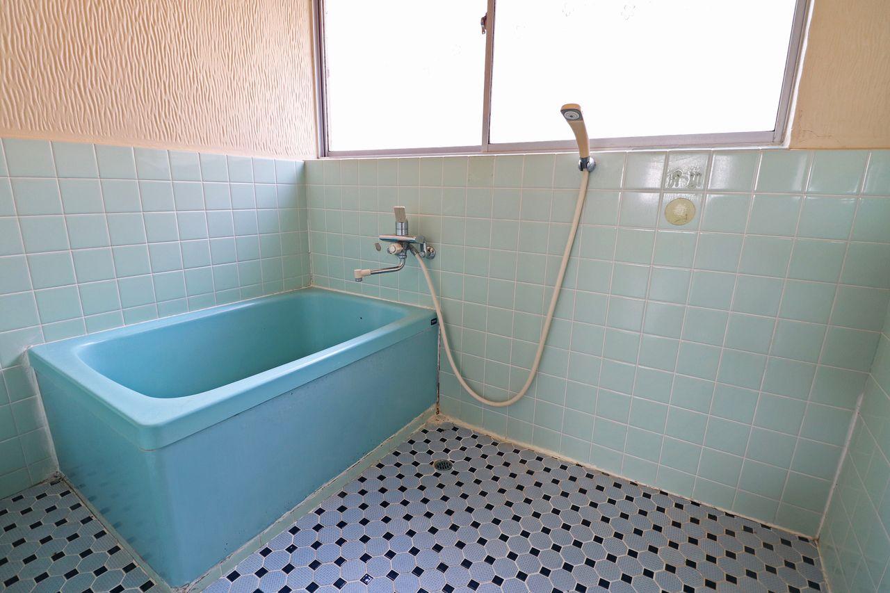 大きめの浴室窓付きで換気も◎明るい時間に入浴すれば照明いらずかも?