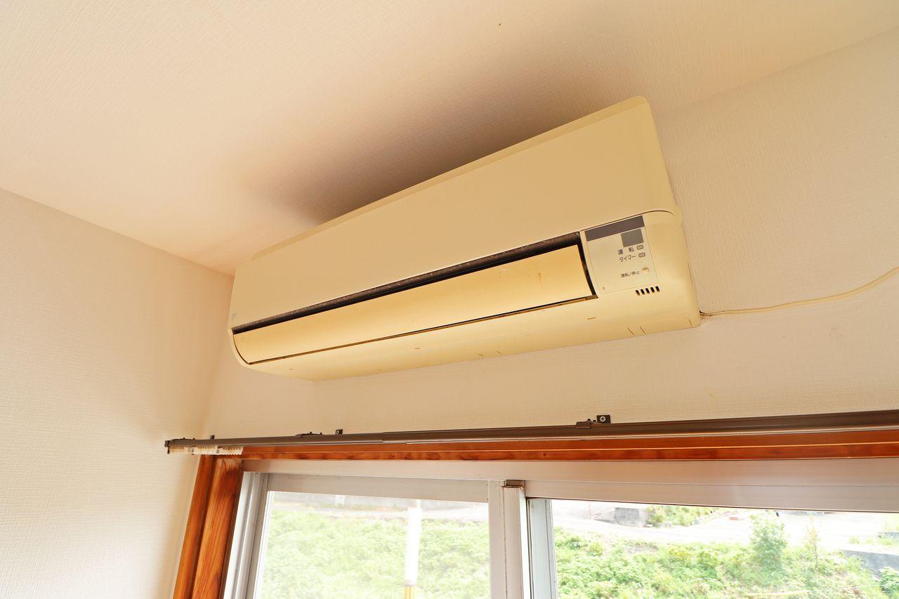 北東側洋室にはエアコンがついています♪サーキュレーターなどを使ってうまく空気を循環させましょう(^^)