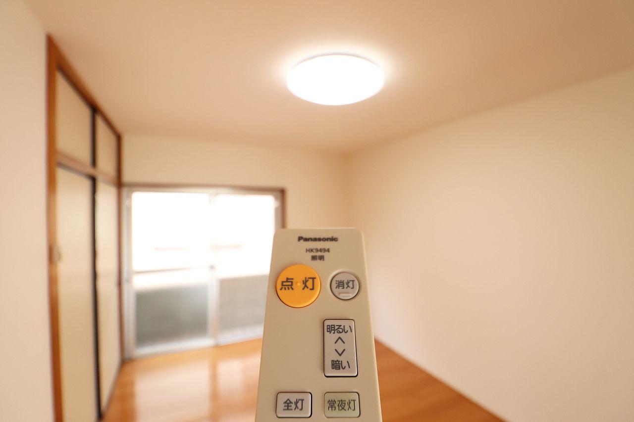 リモコン付きの照明です。わざわざ立ち上がってスイッチを押さなくてもOK♪