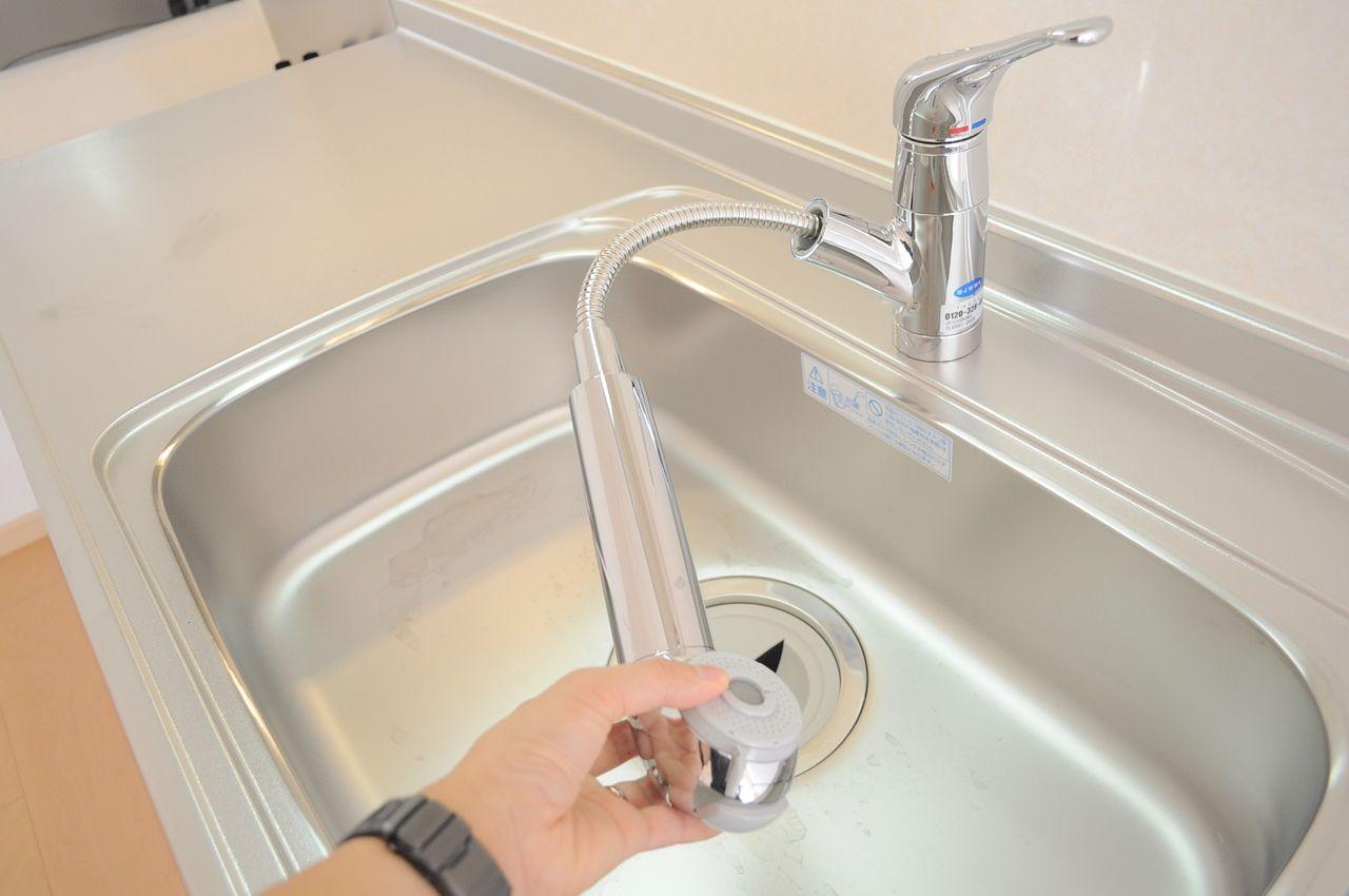 キッチンは伸びるシャワー水栓になってます。別途購入で浄水器カートリッジも付けることができますよ♪