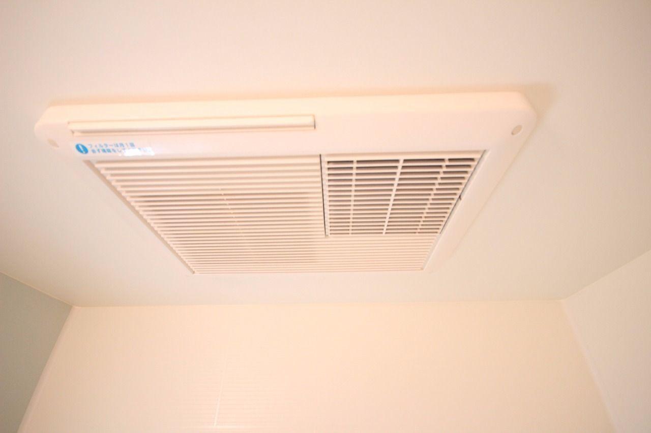 梅雨の時期や花粉の時期などに役立つ浴室乾燥機。夜帰宅が遅くなって外に干せなくても大丈夫です(^^)