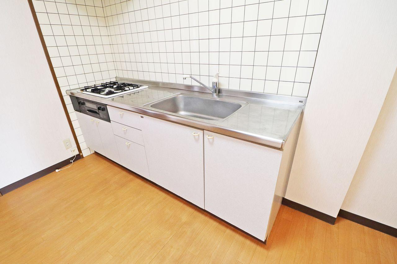 3口のガスコンロが付いたシステムキッチン!新たに購入する必要がないです。