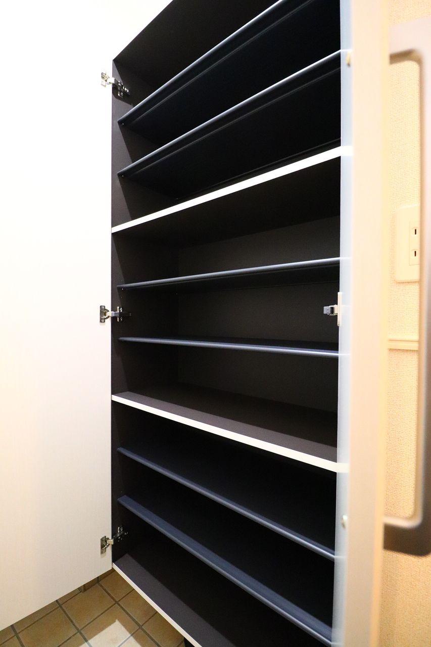 玄関スペースが少し狭めなので、大容量のシューズボックス付きです!玄関はいつもスマートに♪
