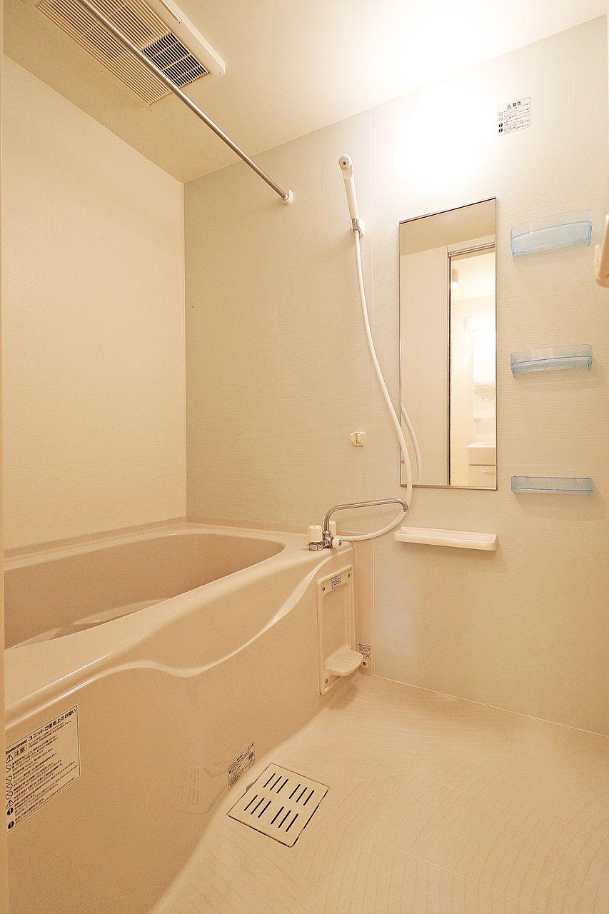 追焚・浴室乾燥機能付き。梅雨の時期にはとても重宝する設備です。