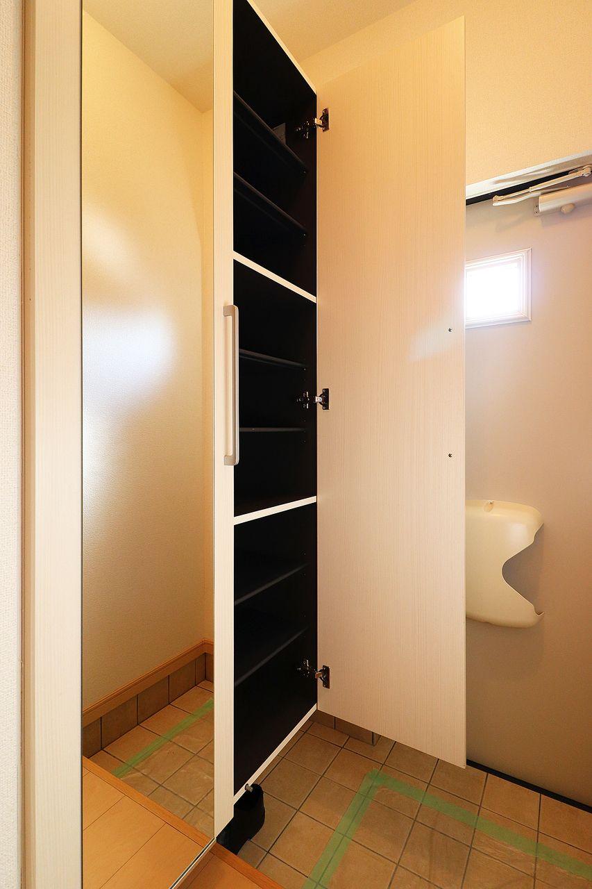 鏡付きの大容量シューズボックス。玄関がごちゃごちゃする心配もありません。