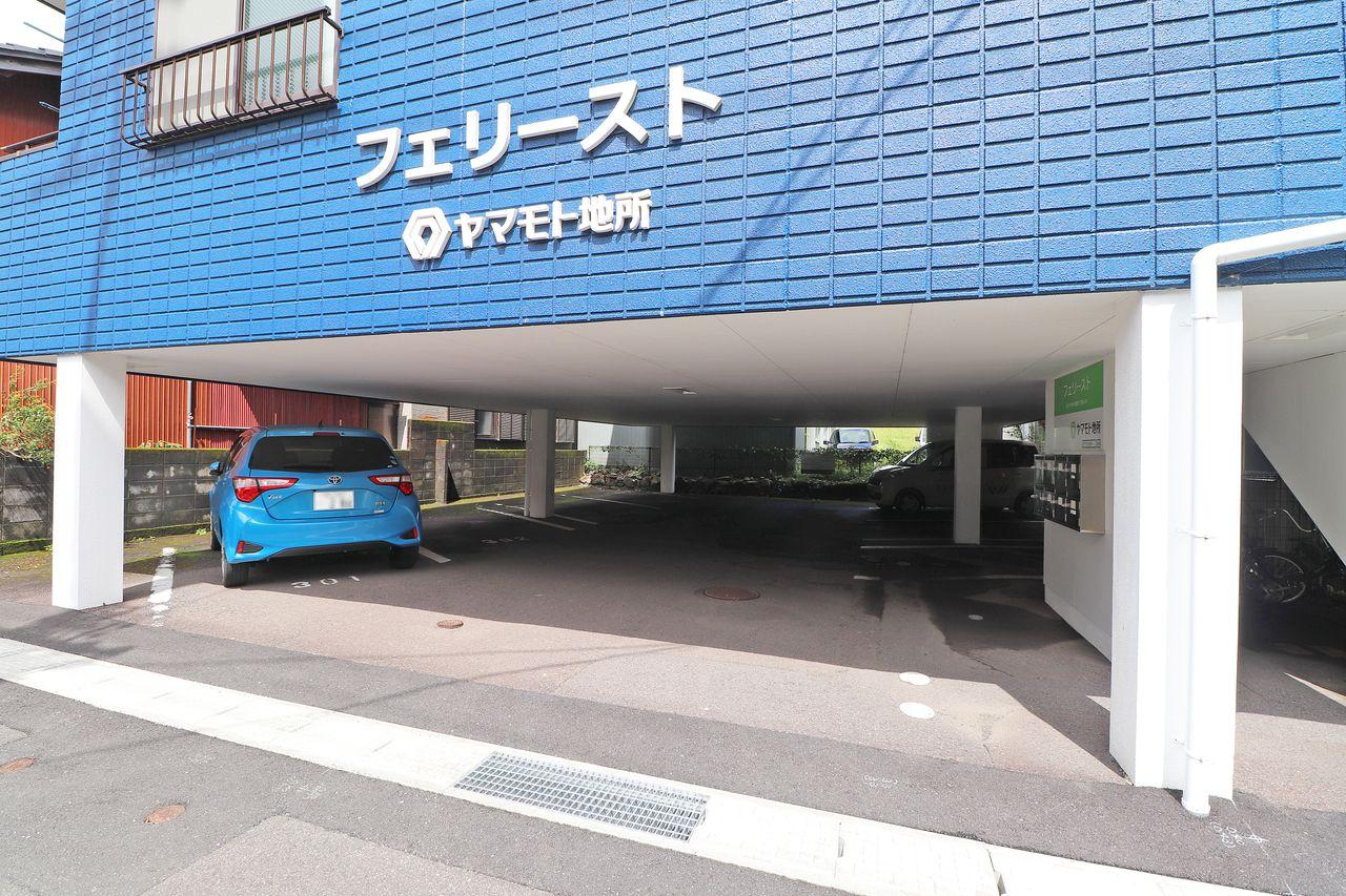 1F部分は駐車スペース。大切な車を雨から守ってくれます。屋内へも比較的濡れずに進入できます。