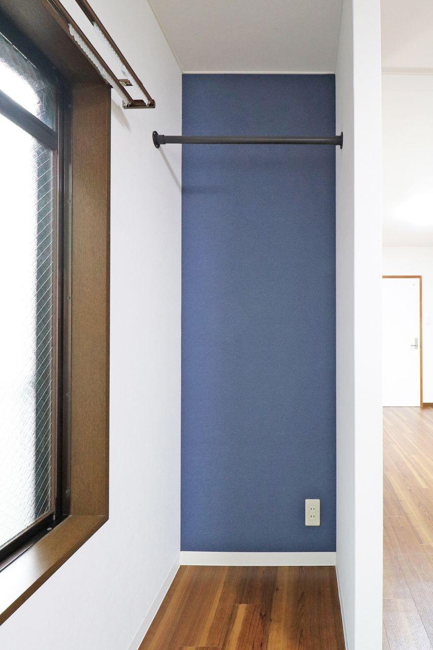 定番衣類はサッと掛けて出し入れ楽々♪来客時玄関ドアからは見えない角度に配置されたおしゃれなオープンクローゼット。