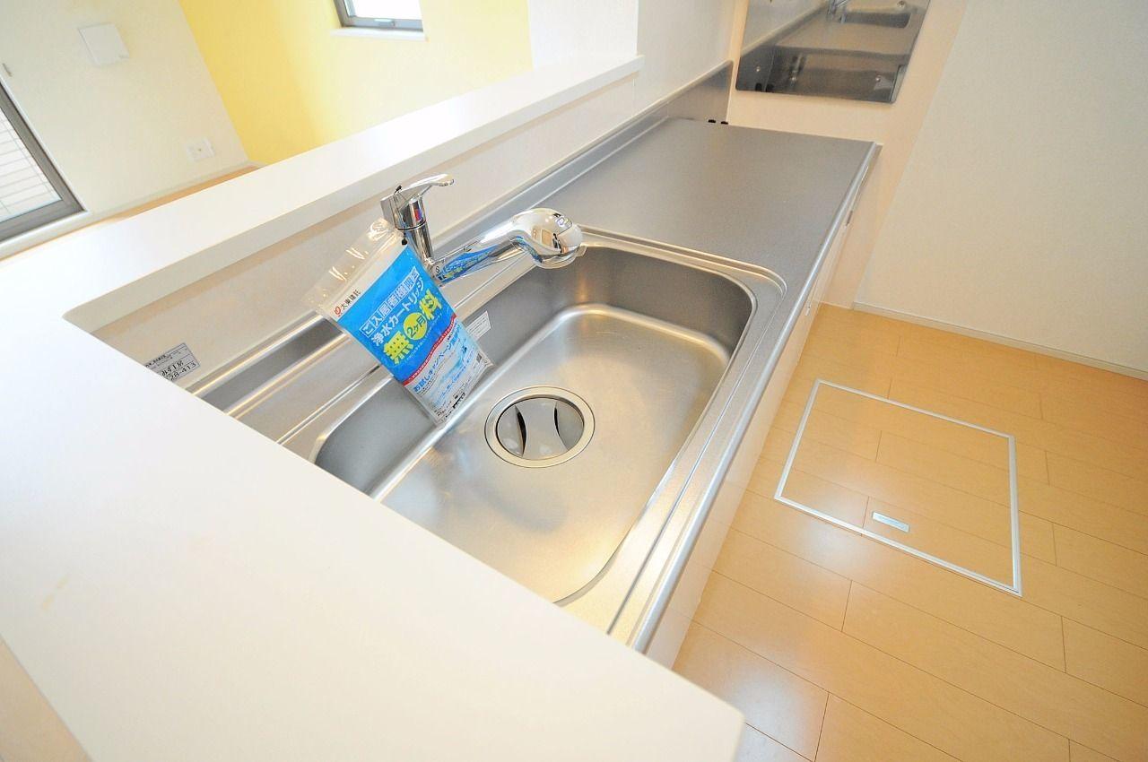 浄水器付のシャワー水栓が付いていて、お掃除もらくらく♪(別途カートリッジ代が必要です。)