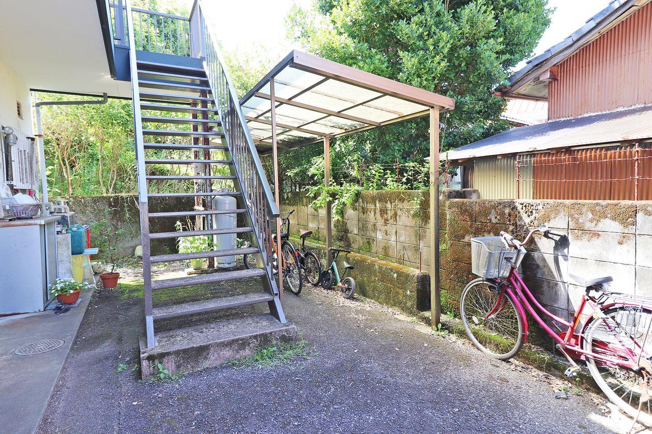 あると嬉しい駐輪場。大切な自転車を雨ざらしから守ってくれる屋根付き。
