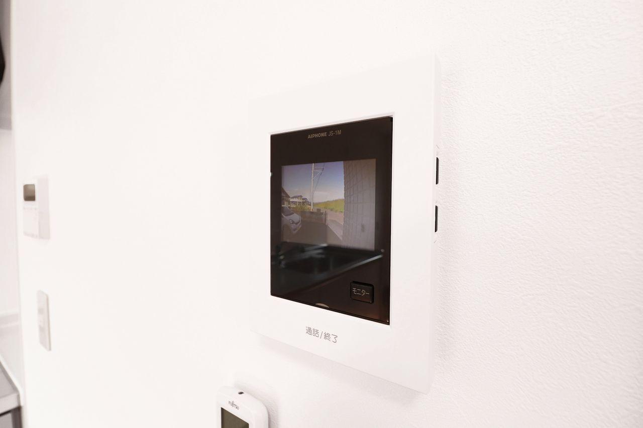 来訪者をカラー映像で確認できます。2階のLDKにいてもすぐ対応できるのが便利ですね。