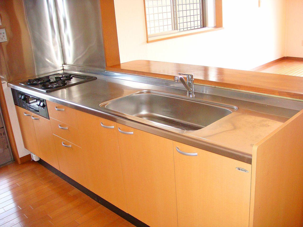 ガスコンロ3口と魚焼きグリルがついたカウンターシステムキッチンからLDKにいる家族の様子をうかがえます。