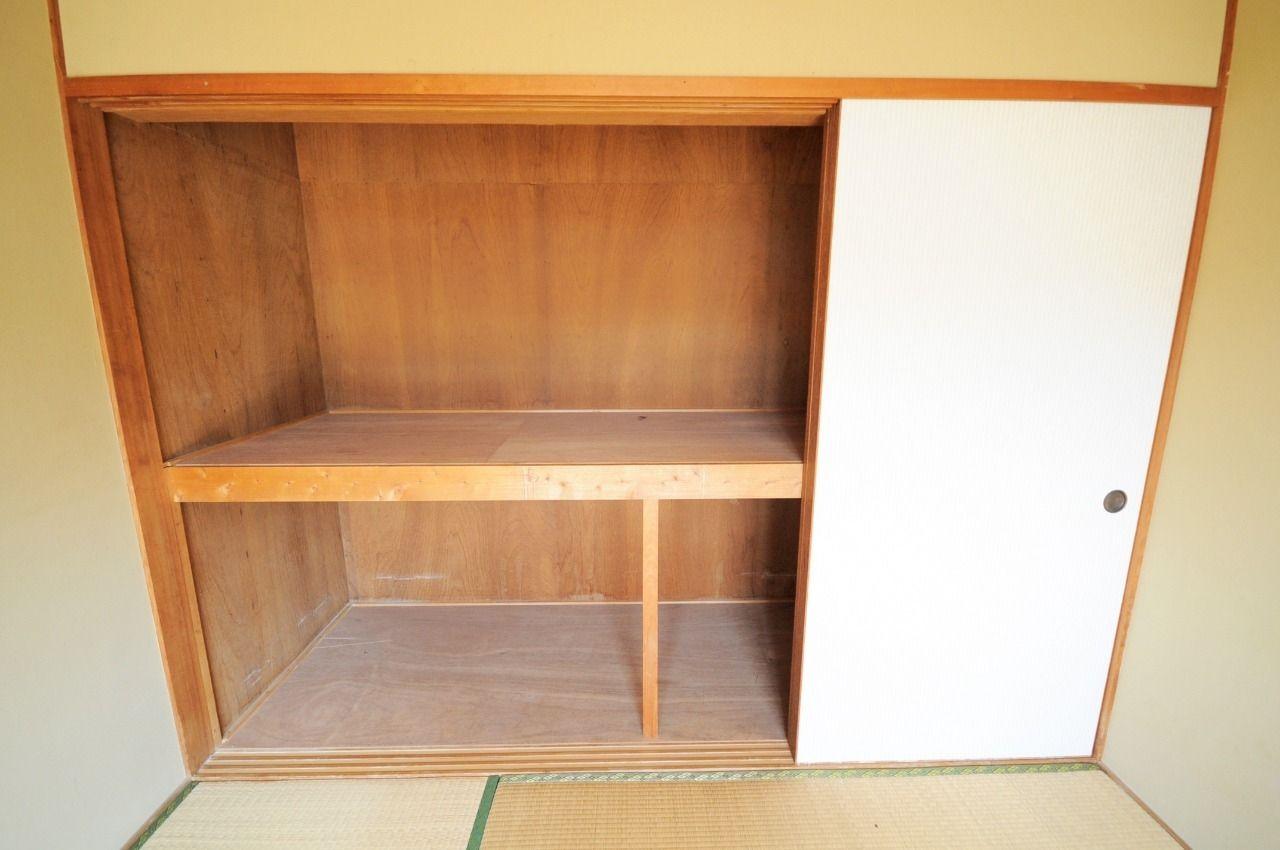 南東側の和室にある壁一面の押入れ!荷物が多い方も安心です。(北東側和室にも押入れがあります。)