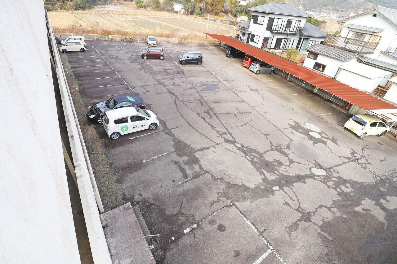 広々とした駐車場。運転には少し自信がない・・そんな方も安心ですね♪