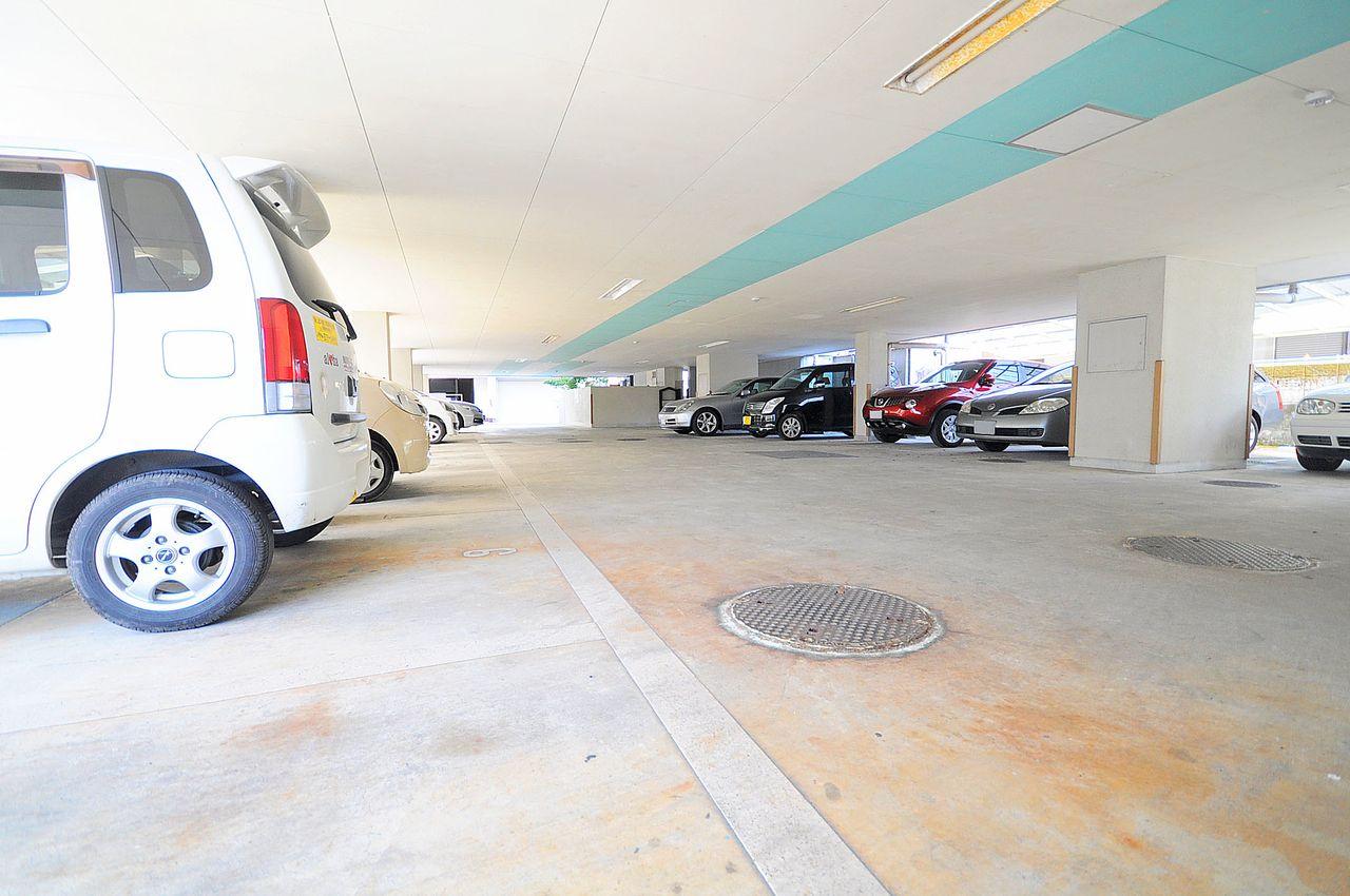 1階部分は屋根付駐車場となっています。車が屋外にあるより汚れにくいのは嬉しいですね。