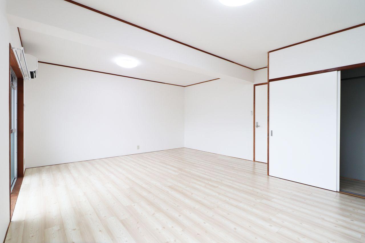 14畳程度の洋室が南側にあります。家具の配置も制限されにくく、自分好みのレイアウトにしていただけるのではないでしょうか。