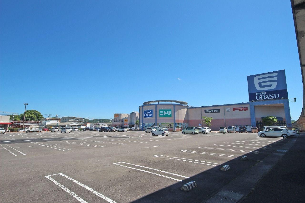 ひろ~い駐車場が完備されたフジグラン四万十店。大概の買い物はこちらで済ませられます。
