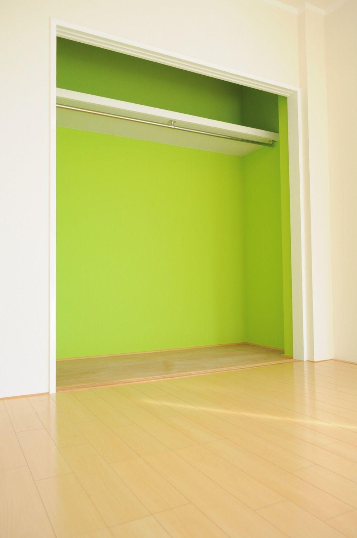 明るいグリーンのアクセントクロスを使っています。クローゼットの扉を開けるたびに気分が上がりそうです。
