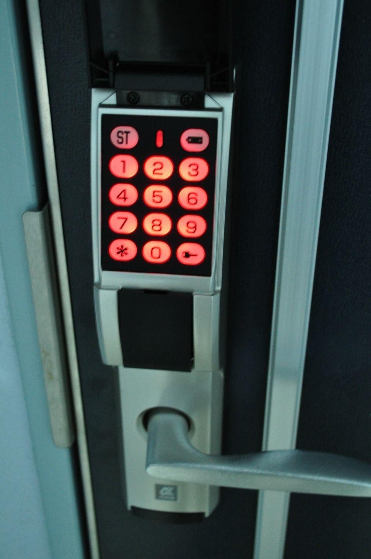 暗証番号式の玄関錠です。番号の変更を定期的に行えば、防犯対策にもなります。