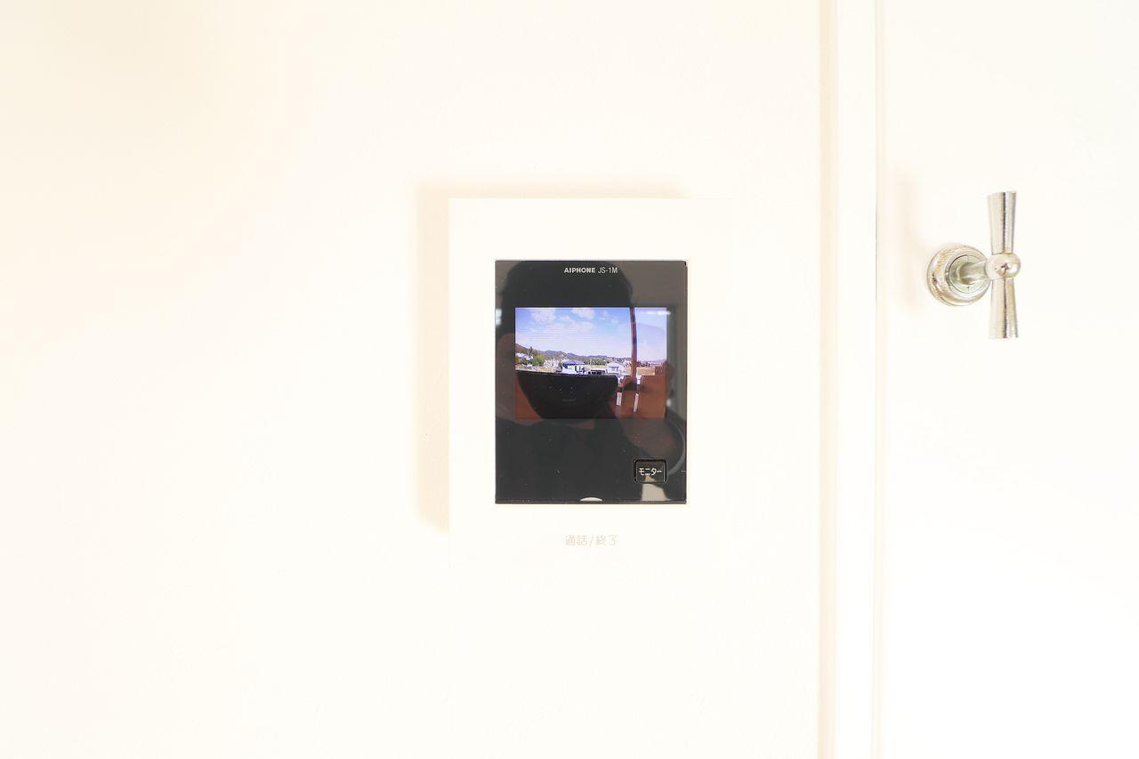 来訪者の顔を確認できるモニターホン。防犯に役立ちます。