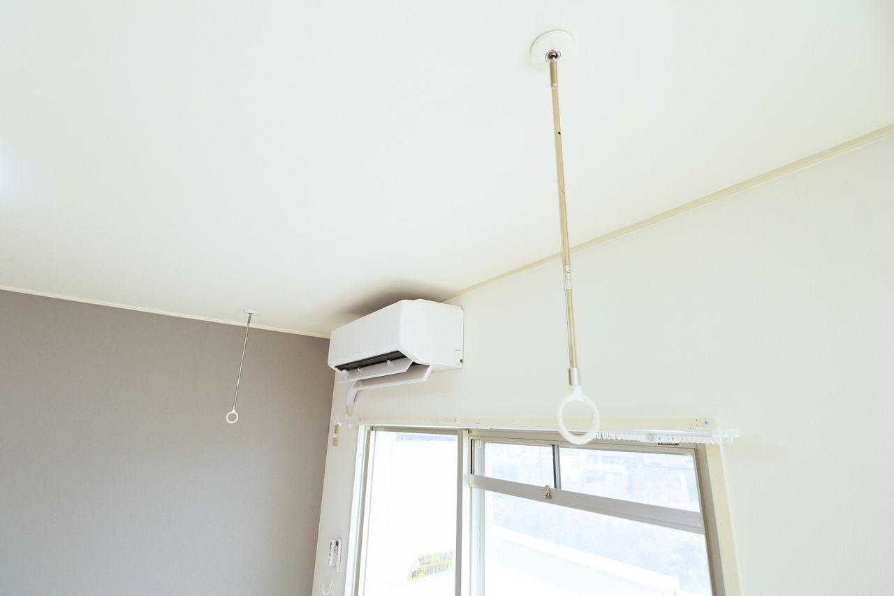 屋外で洗濯物を干せない時でも室内で干すことができます。エアコンが近いので早く乾くかもしれません。