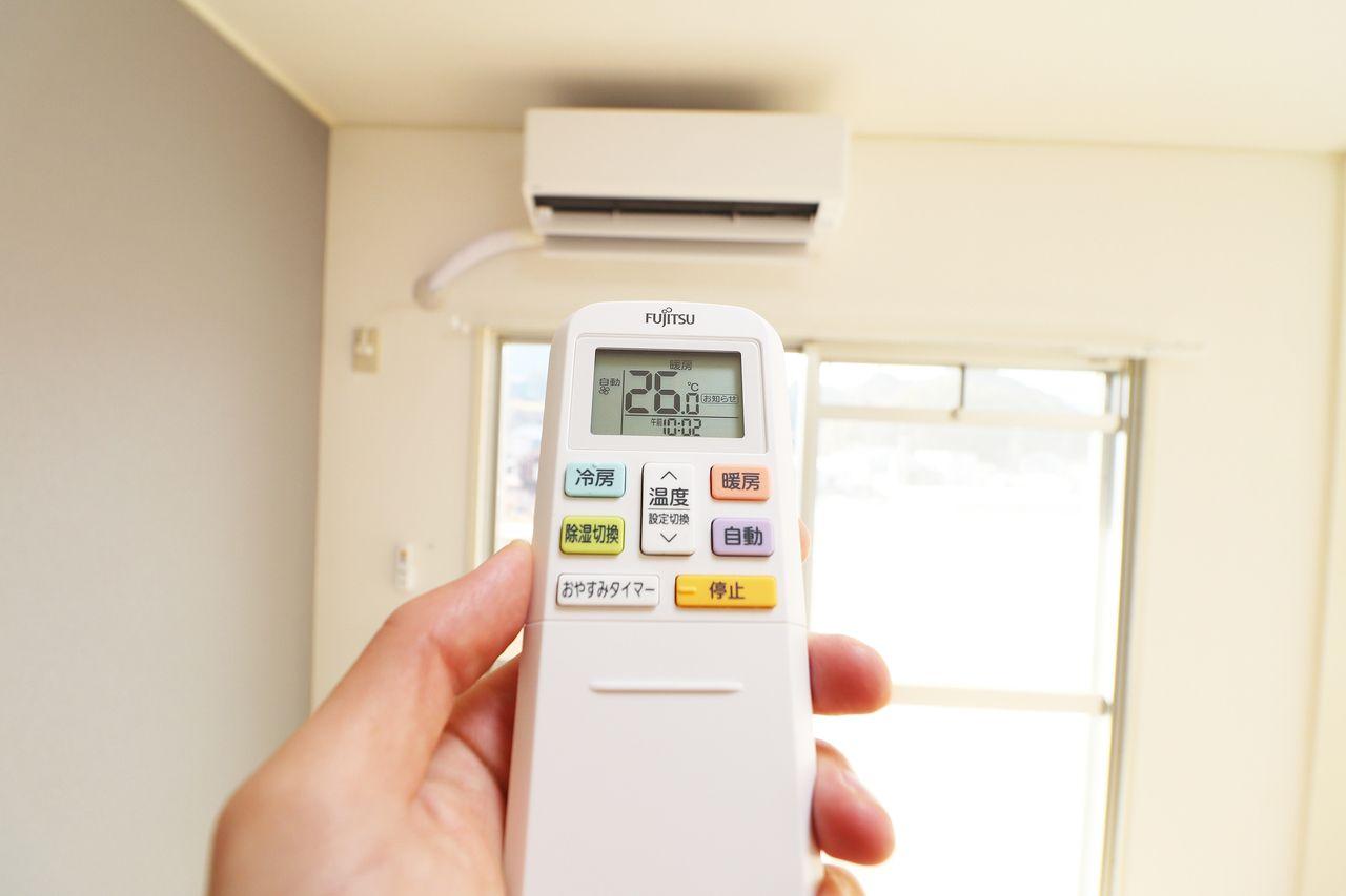14畳用エアコンがリビングに備わっています。暑い日、寒い日に役立ちます。