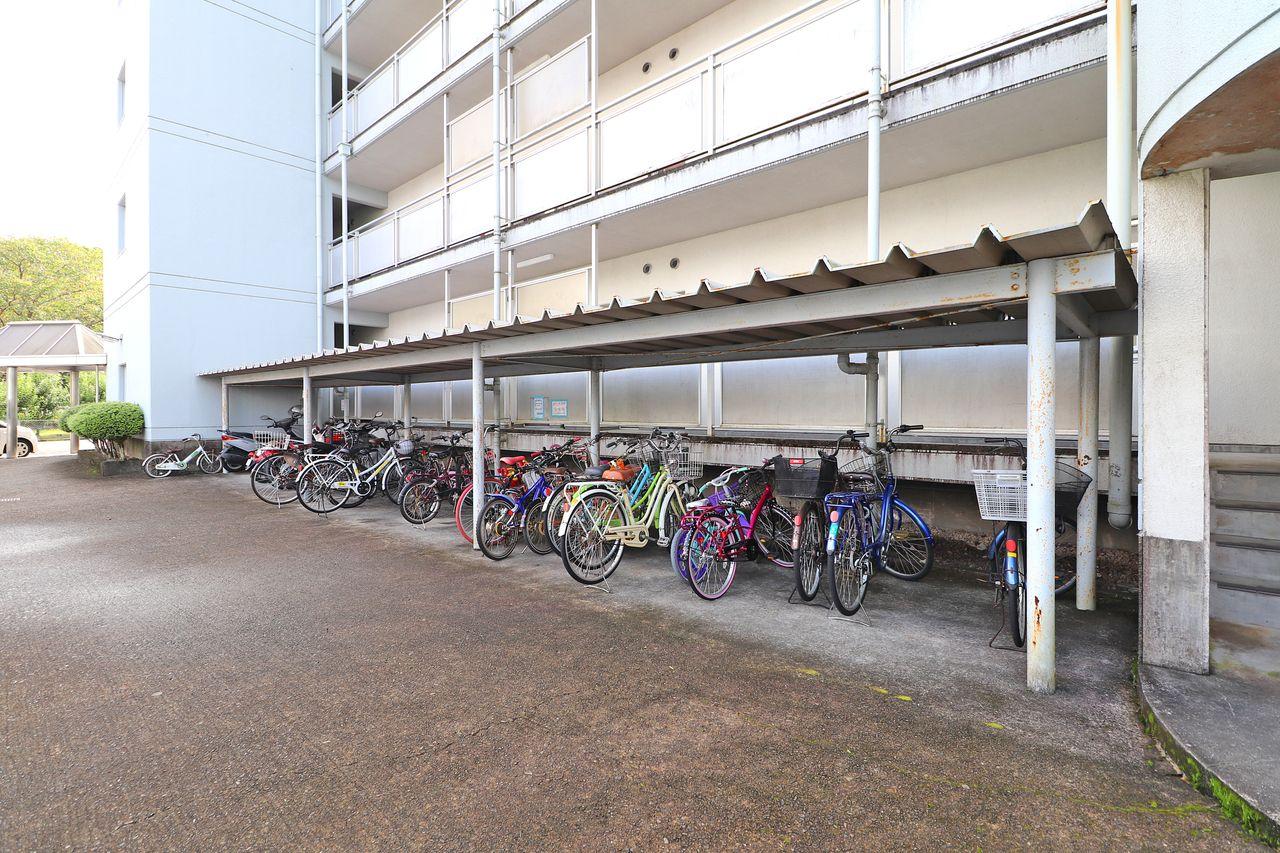 大切な自転車を雨ざらしから守ってくれる屋根付き駐輪場。