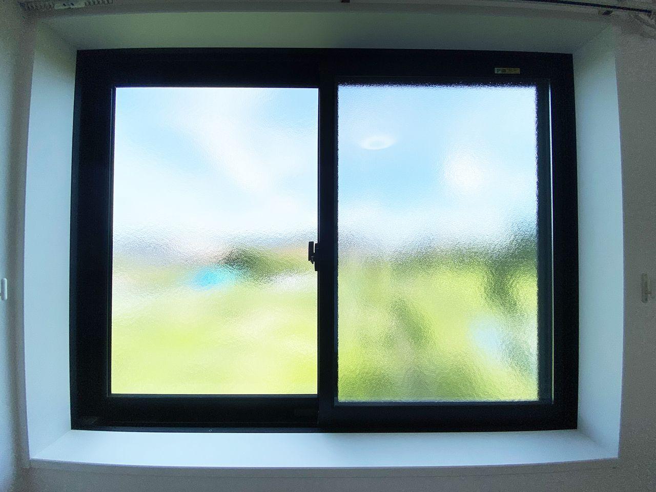 窓ガラスは型ガラスを多用して外からの視線を気になりにくくしています。それでいてやわらかい光をしっかり取り込みます。