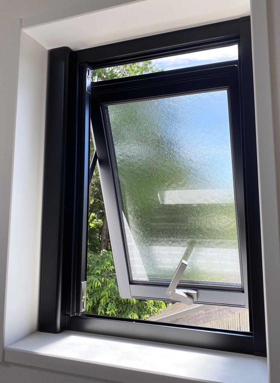 横すべり窓のメリットは、視線を遮りながら換気用の空間を確保できるところ。また雨が降りこみにくいってところもポイントです。