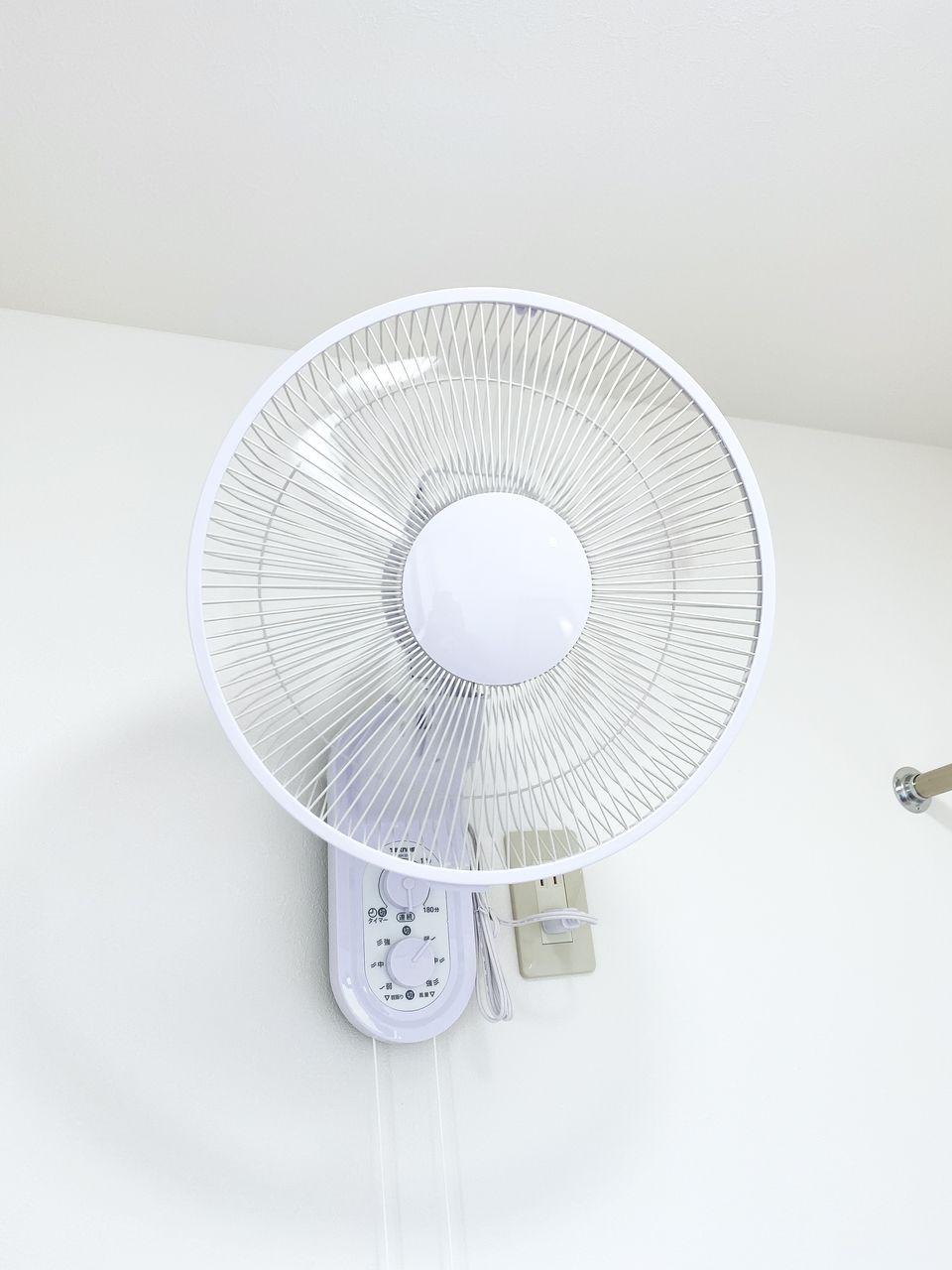 WIC、もしくは室内洗濯物干し場になるであろう2階の小部屋にサーキュレーターを設置しました。空気が循環しまくります!
