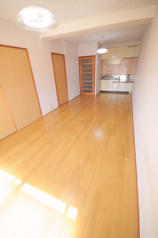 洋室・和室が隣接したLDK。※募集中のお部屋は中部屋なので窓が付いていません。