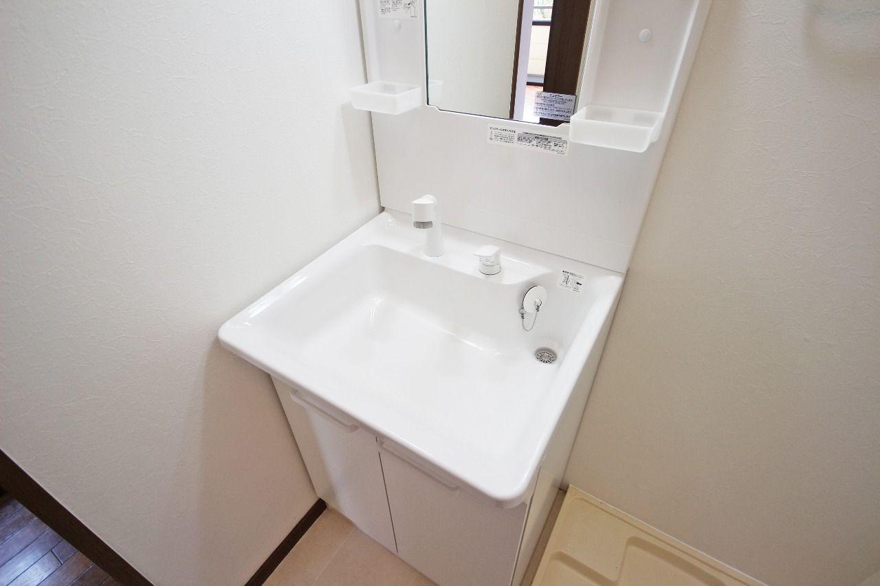 便利なハンドシャワータイプの洗面台です。シャンプードレッサーも付いていて、収納力もあります。