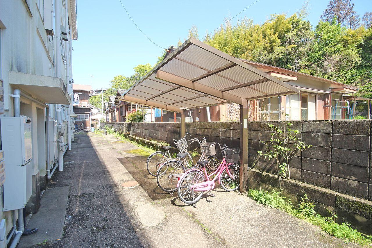 あると嬉しい駐輪場。大切な自転車も雨によるサビから守ってくれます。