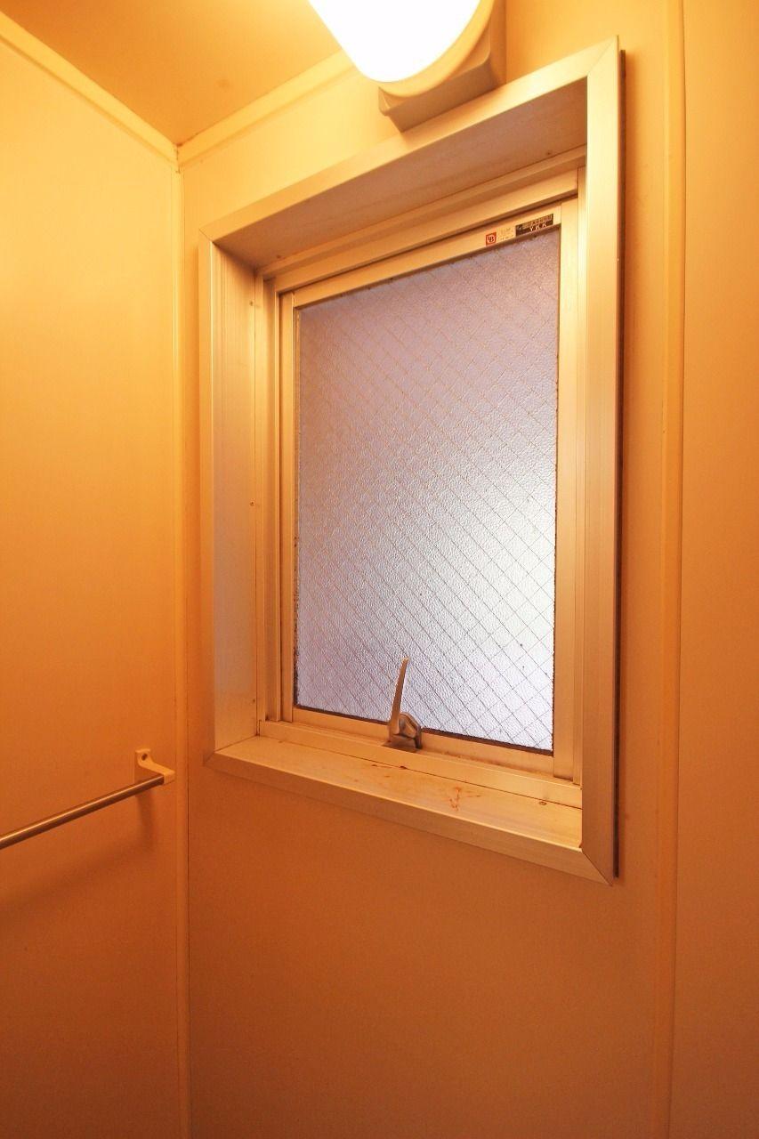 換気が楽になる浴室窓。外から入る灯りが閉塞感を緩和してくれます。