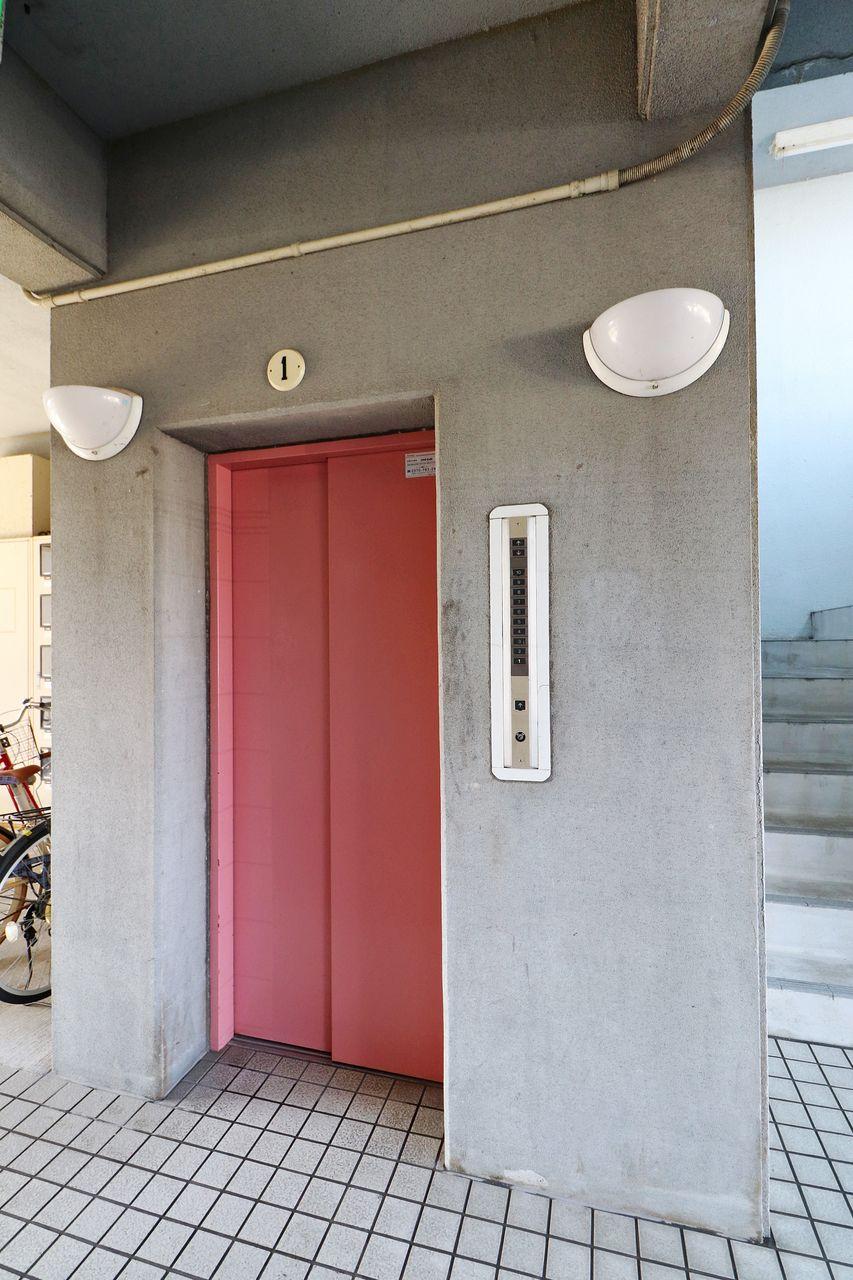 エレベーター付きのマンションです。3階のお部屋なので、あると便利ですね。