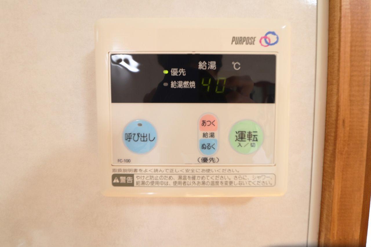水とお湯を混ぜて温度を調整する手間を省ける給湯器リモコン。設定温度の湯水が使えるようになります。