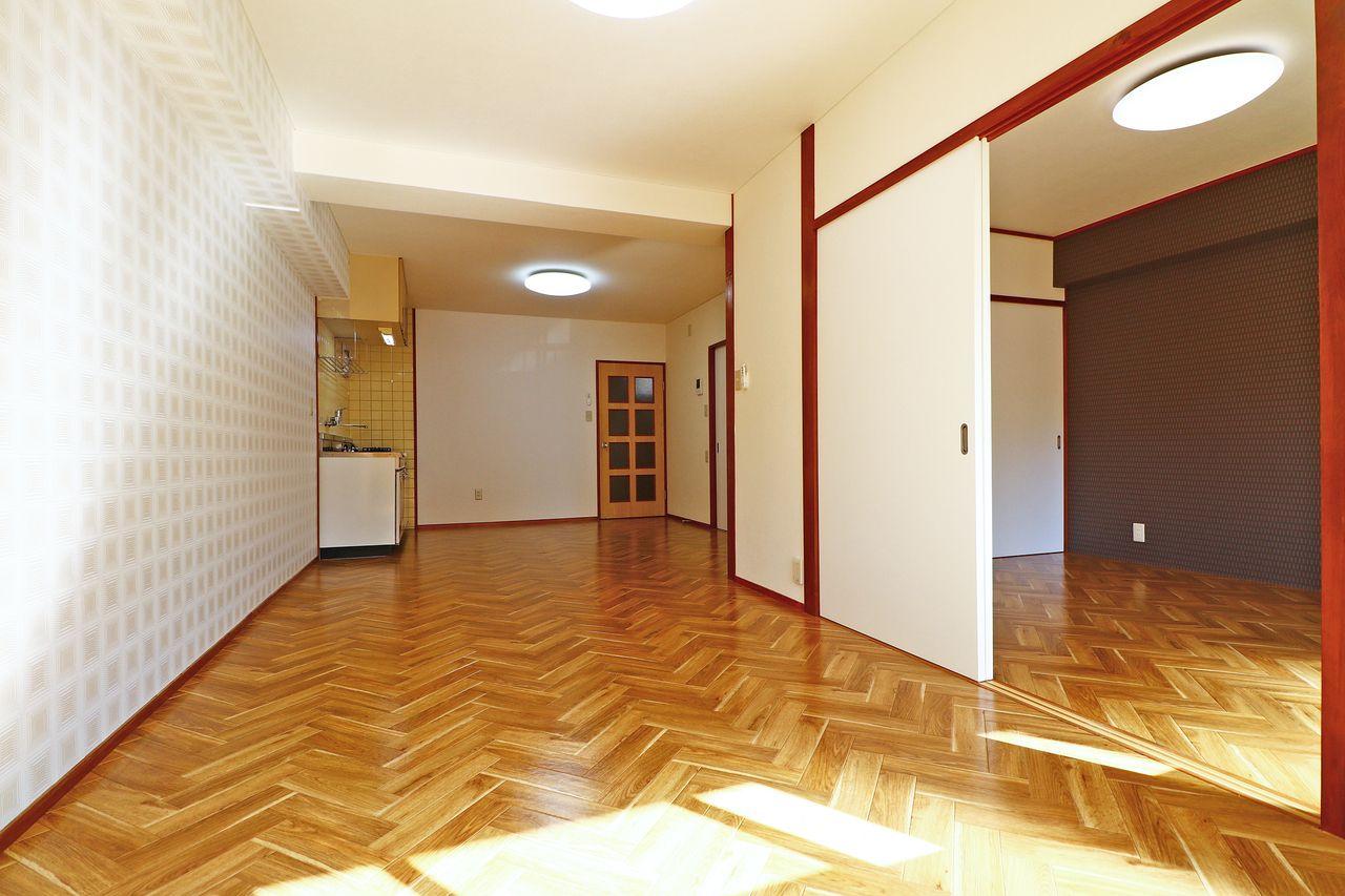 奥行のあるLDK。隣の洋室とセットで使うもよし、広さがあるので家具・家電のレイアウトの幅が広がります。
