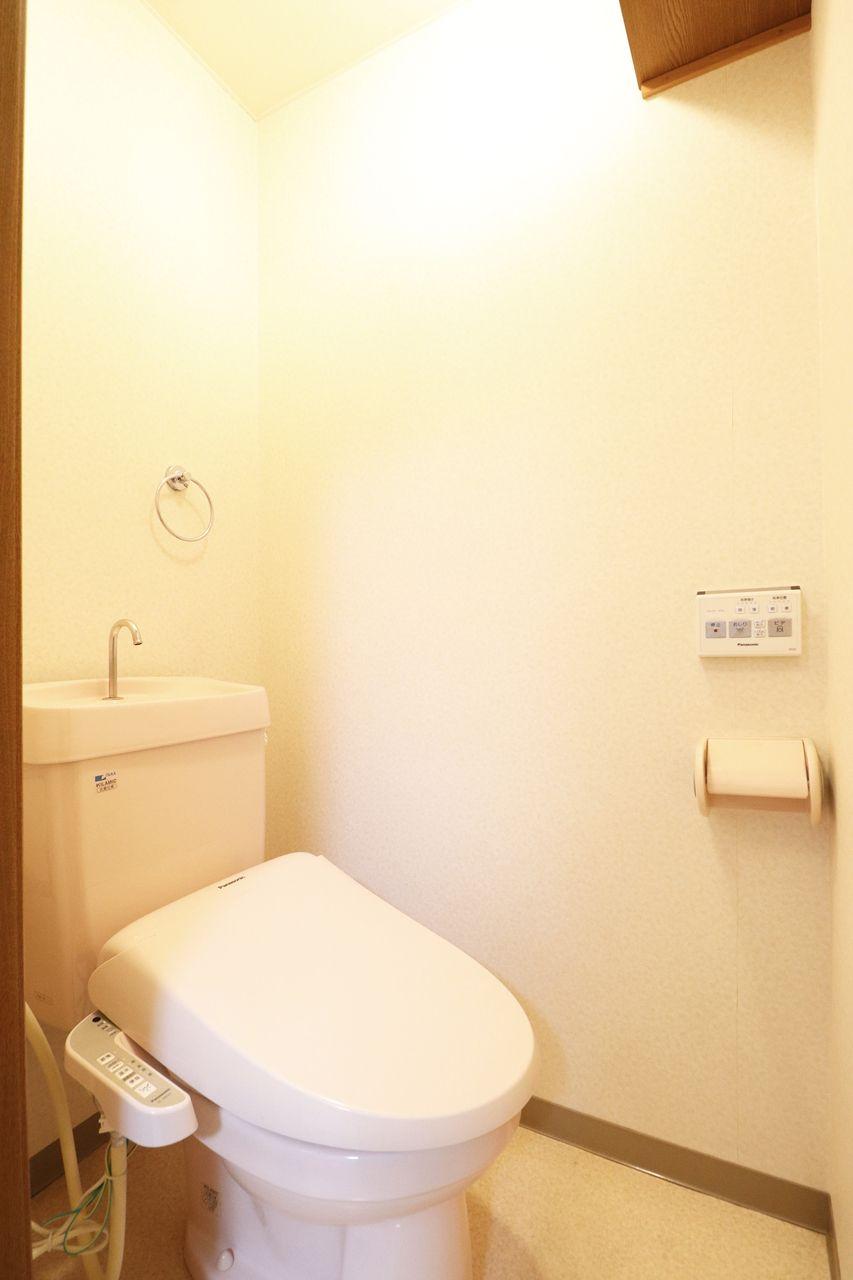 デリケートなお尻に優しいウォシュレット付きのトイレです。トイレットペーパーの節約にも◎