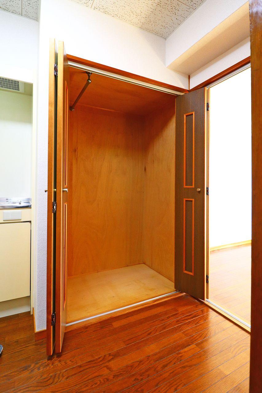 玄関近くにある収納はクローゼットになっているので、アウターなどを掛けておくのに便利です。