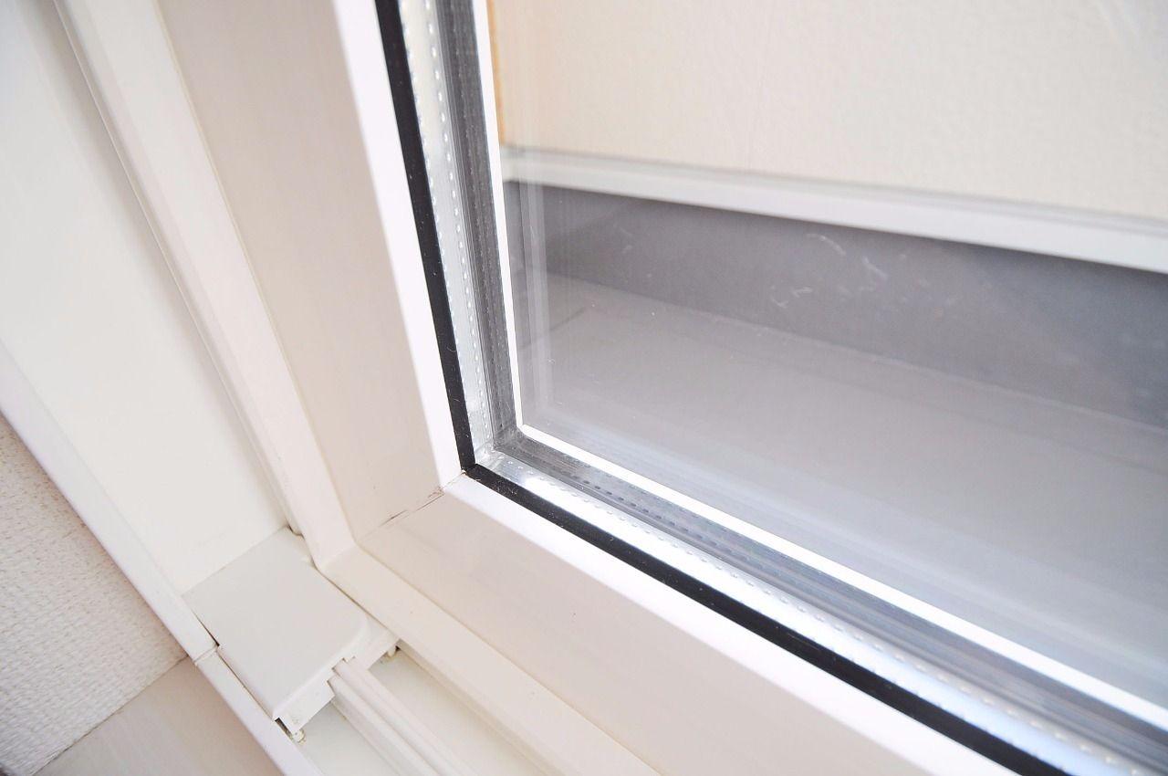 断熱性の高いペアガラス。通常のガラスより外気に左右されにくく、エアコンの効率を高めてくれます。