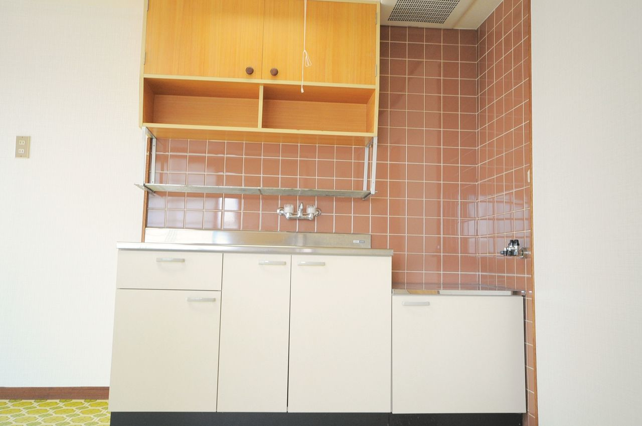 キッチンには沢山の収納があります。調理器具もしっかり収納できますね。