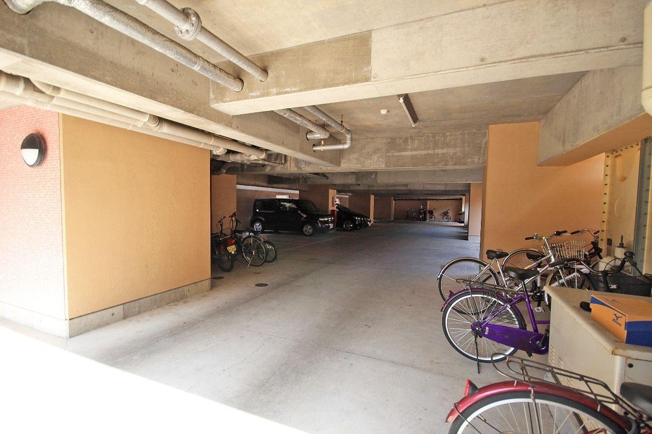 マンションの1階部分は駐車場になっています。雨の日でも濡れずに乗り降りが可能です。(屋根付駐車場に空きがない場合は近隣の青空駐車場になります)